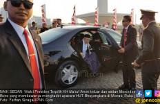 Kiai Ma'ruf Amin Berdoa di Depan Pintu Rumah Sebelum Berangkat ke Pelantikan - JPNN.com