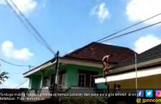 Tepergok, Terduga Maling Panjat Atap Rumah Warga Lantas Pura-pura Gila - JPNN.com