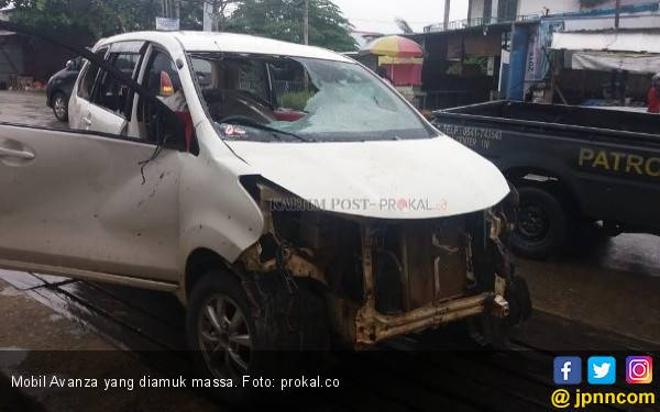 Detik - detik Mobil Bawa Penumpang Hendak ke RS Diadang Massa Brutal, Ngeri! - JPNN.com