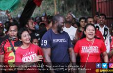Tiba di Jayapura, Jacksen F Tiago Disambut dan Diarak Ratusan Suporter - JPNN.com