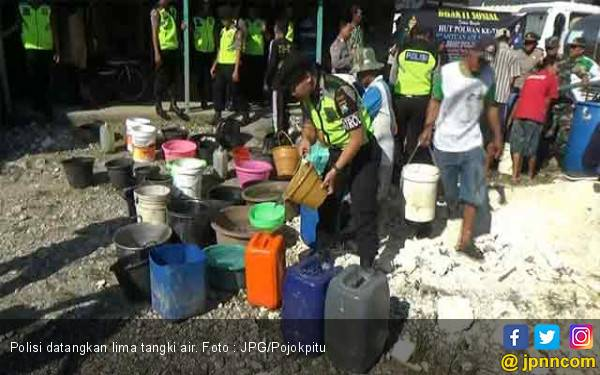 Lima Tanki dari Polisi Datang Langsung Diserbu Warga - JPNN.com
