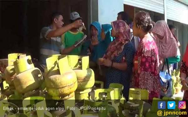 Ketika Belasan Emak - emak Antre Berjam -jam dan Berujung Rebutan - JPNN.com