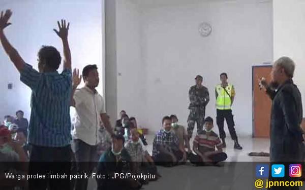 Buang Limbah Berbau Busuk ke Sungai, Pabrik Tepung Diserbu Warga - JPNN.com