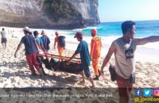 Melamun di Pinggir Pantai, Wisatawan Asal Vietnam Digulung Ombak - JPNN.com