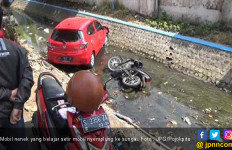 Astaganaga ! Nenek Belajar Setir Mobil Malah Tabrak Motor dan Terjun ke Sungai - JPNN.com