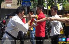 Hiyaaaatt ! Penjaga Minimarket Latihan Bela Diri, Siap Hajar Perampok - JPNN.com