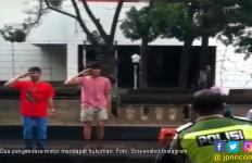 Nyaris Tabrak Pejalan Kaki, Dua Remaja Dihukum Nyanyi Lagu Indonesia Raya - JPNN.com