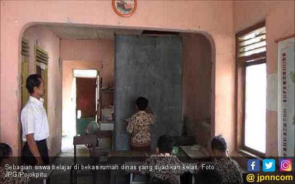 Sekolah Rusak, Murid Terpaksa Belajar di Gudang - JPNN.com