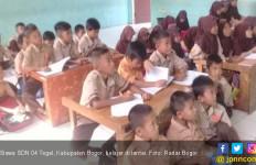 Bikin Sedih, Siswa SD Belajar di Lantai - JPNN.com