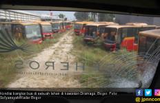 Ditreskrimsus Polda Metro Jaya Mengecek 'Kuburan' Bangkai Bus Transjakarta di Bogor - JPNN.com