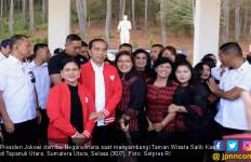 Sambangi Taman Wisata Salib Kasih, Jokowi Beli Jaket Harga Jutaan - JPNN.com
