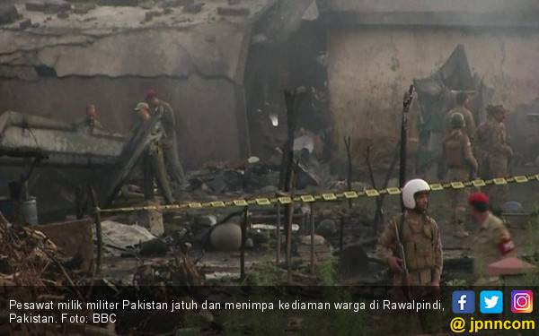 Pesawat Militer Tiba-Tiba Menukik, Hantam Rumah Warga - JPNN.com