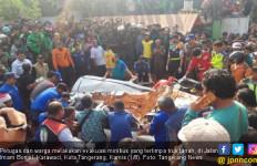 Truk Tanah Menimpa Mobil di Tangerang, Empat Orang Tewas, Satu Balita Selamat - JPNN.com