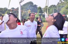 Lihat Nih Bu Sri Mulyani Lomba Makan Kerupuk, Jokowi Tertawa - JPNN.com