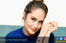 Cinta Laura Nyaris Diseruduk Sapi Kurban - JPNN.com