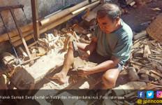 Kakek Sumadi Seng, Perajin Irus Tempurung Kelapa yang Masih Eksis - JPNN.com