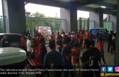 Ratusan The Jakmania yang Kecewa Adang Bus Pemain dan Ofisial Persija Jakarta - JPNN.com