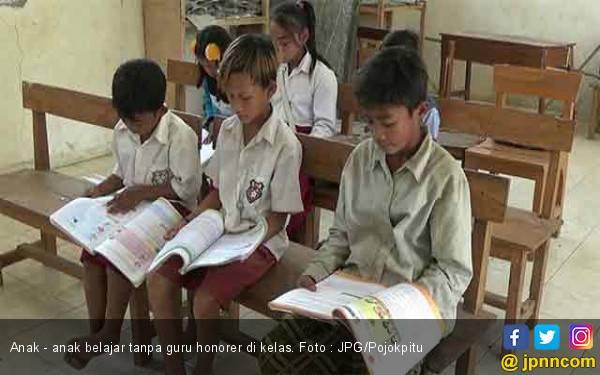 Guru Honorer Hanya Digaji Rp 200 Ribu, Tiap Hari Lewati Bukit Terjal ke Sekolah - JPNN.com