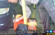 Lihat Nih, Dua Pencuri Mangga Diikat di Tiang dan Matanya Dilakban - JPNN.com