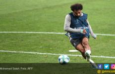 Mengharukan, Mohamed Salah Latihan Bersama Seorang Anak yang Kehilangan Kedua Kakinya - JPNN.com