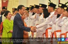 Dikukuhkan Jokowi, Paskibraka Wanita Batal Bercelana Panjang - JPNN.com