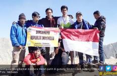 HUT ke-74 RI: Merah Putih Berkibar di Gunung Sindoro - JPNN.com