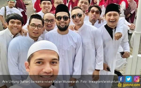 Penjelasan Arie Untung Pakai Gamis Saat Upacara Bendera - JPNN.com