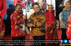 Willem Wandik Raih Penghargaan Kepala Daerah Inovatif 2019 - JPNN.com