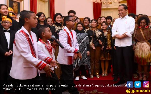 Talenta Muda Asal Papua Dekati Jokowi, Nyanyikan Indonesia Pusaka - JPNN.com