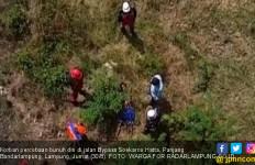 Seorang Pria Sekarat Setelah Terjun Bebas dari Flyover Jalan Soekarno Hatta - JPNN.com