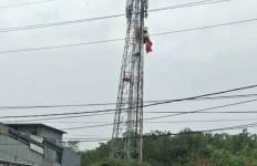 Penerjun Payung Nyangkut di Tower BTS, Kondisinya Cukup Parah - JPNN.com