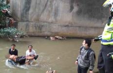 Berseragam Pramuka, Siswi SMA Bunuh Diri Lompat dari Jembatan - JPNN.com