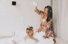 Siti Badriah Pamer Foto Mandi Bareng Suami, Duh Mesranya - JPNN.com