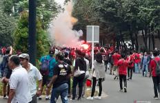 Kembang Api dan Suar Menyala Jelang Duel Indonesia vs Malaysia - JPNN.com