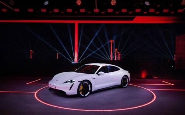 Porsche Taycan Listrik Resmi Mengaspal: Beringas Tetap Nyaman Harian - JPNN.com