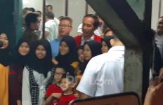 Nikmati Malam di Pontianak, Jokowi Makan Empek-Empek - JPNN.com