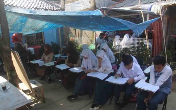 Lihat, Siswa SMP di Bogor Belajar di Bawah Terpal, Pemda Harusnya Malu - JPNN.com