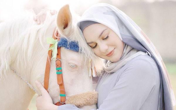 Berhijab, Irish Bella Beruntung Didukung Suami - JPNN.com