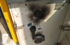 Mesin ATM Dibobol dengan Las, Perampok Gondol Sejumlah Uang Tunai - JPNN.com