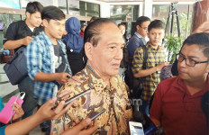 Dari Balik Kaca, Theo Melihat Pak BJ Habibie Salat Zuhur - JPNN.com