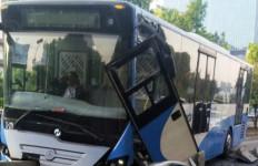 Bus TransJakarta Hancur Usai Tabrak Separator - JPNN.com