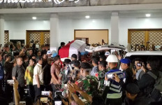 Lihat, Sejumlah Anggota Paspampres Angkat Peti Jenazah BJ Habibie - JPNN.com