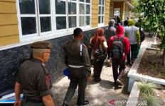 Satpol PP Sibuk Hari Ini Kejar Pelajar dan PNS Bolos - JPNN.com