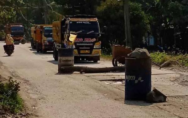 Banyak Terjadi Kecelakaan, Warga Blokir Jalan - JPNN.com