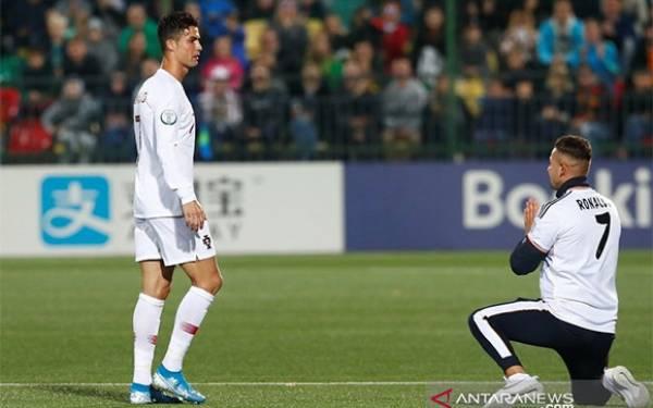 Penonton Sampai Masuk Lapangan Demi Menghormati Cristiano Ronaldo - JPNN.com