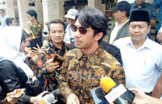 Reza Rahadian Antarkan BJ Habibie ke Peristirahatan Terakhir - JPNN.com