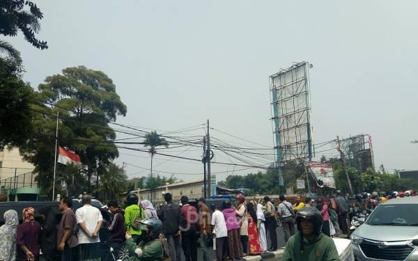 Jalan Raya Dipadati Warga yang Menanti Jenazah BJ Habibie - JPNN.com