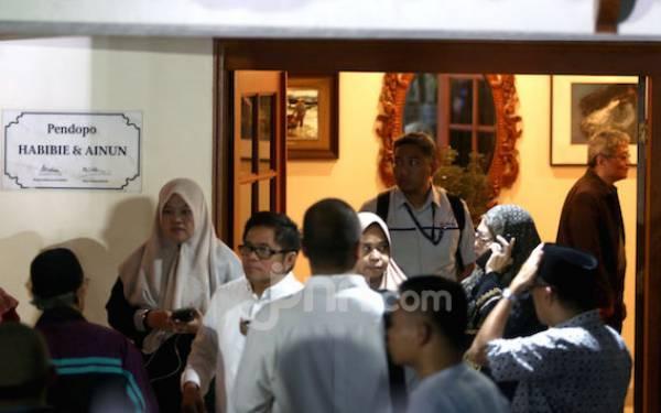 Karangan Bunga Ucapan Duka Membanjiri Area Rumah Mendiang Habibie - JPNN.com