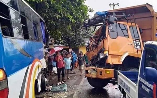 Truk Tanah vs Bus, Tujuh Orang Luka-Luka - JPNN.com