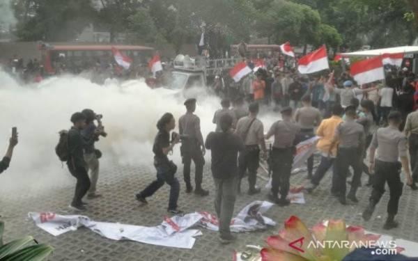 Demonstran Rusuh Lempar Batu, Pegawai KPK Kocar-kacir - JPNN.com
